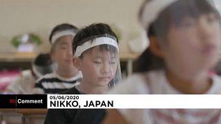 Japan: Mit Gesichtsschutz in den Klassenraum