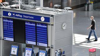 El tablero de información de salidas vacío en el aeropuerto de Dusseldorf, Alemania, el 3 de junio de 2020.