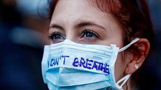 Mulher participanuma manifestação em Roma, Itália, usando uma máscara contra a Covid-19