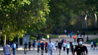 Deportistas y paseantes en el parque del Retiro de Madrid