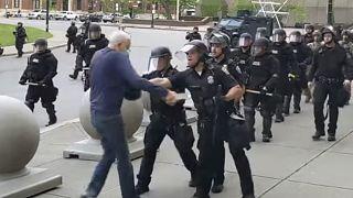 Buffalo'da polisler tarafından itilerek yaralanan 75 yaşındaki adam