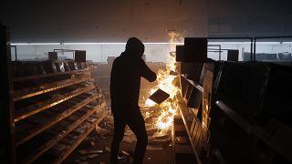 Участник погромов в одном из магазинов Миннеаполиса 29 мая 2020
