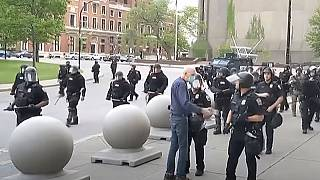 L'anziano pochi istanti prima di essere spintonato da un agente di polizia