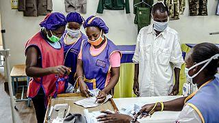 Trabalhadores verificaram a produção numa fábrica de Kitui, Quénia