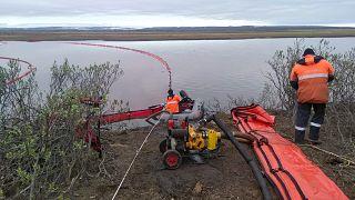 Спасатели работают на разливе дизельного топлива норильской ТЭЦ.
