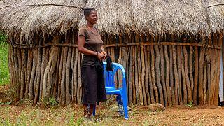 Céu Jacinta junto a casa num vila perto de Lubango, em Angola