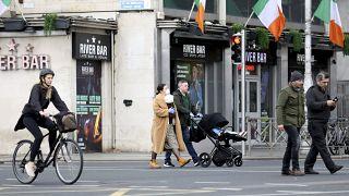 أناس يمشون في أحد شوارع دبلن - 2020/03/17