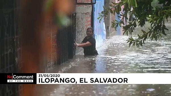 Una mujer avanza en medio de las inundaciones en El Salvador