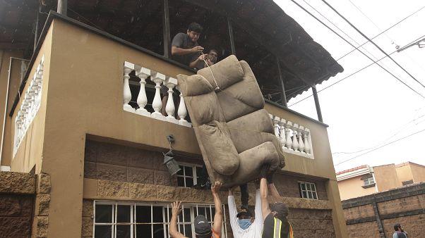 Жители Сальвадора спасают мебель из затопленного дома