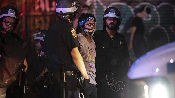 Kevesebb erőszakkal folytatódnak a tüntetések az Egyesült Államokban