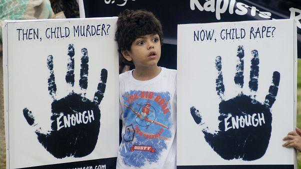 Pakistan'da çocuk istismarına karşı düzenlenen bir gösteriye katılan çocuk (arşiv)