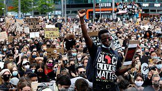 Milhares de pessoas juntas em Berlim, na Alemanha, contra o racismo