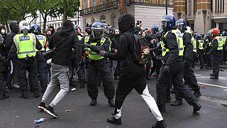 Polícia britânica envolve-se em confrontos com manifestantes em Londres
