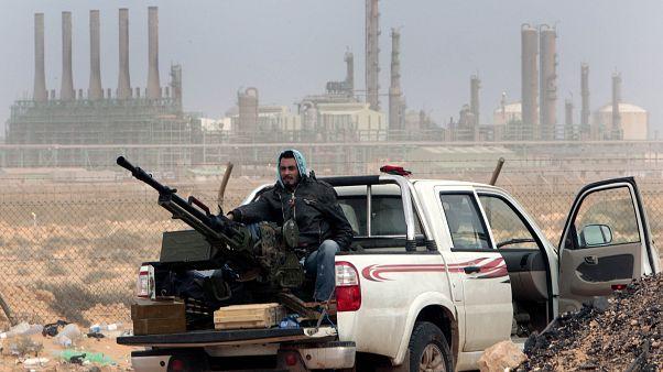 آلية تابعة لأحد الفصائل المسلحة بالقرب من مصفاة نفطية في ليبيا
