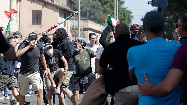 """Violência marca manifestação de """"ultras"""" e neofascistas em Roma"""