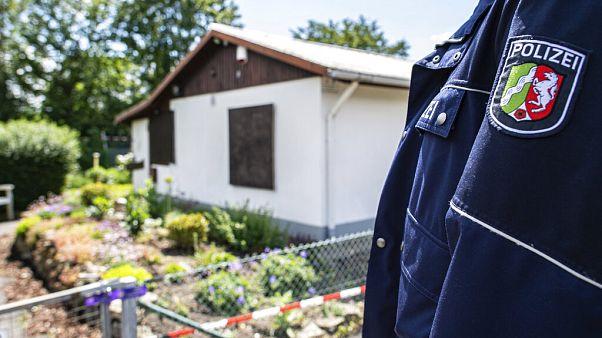 Almanya'nın Münster şehrinde küçük çocuklara cinsel istismar suçu işlenilen eve polis baskın düzenledi.