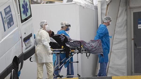 Brezilya'nın Rio de Janeiro kentinde Covid-19 semptomları gösteren bir hasta, sahra hastanesine getirilirken