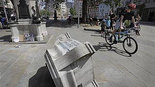 Памятник сбрасывают в реку в Бристоле