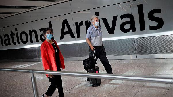 Viajeros llegan al aeropuerto de Heathrow antes de la entrada en vigor de la cuarentena