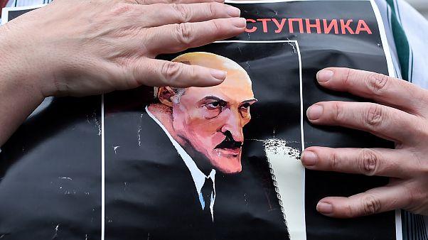 Протестующий с карикатурой на Лукашенко