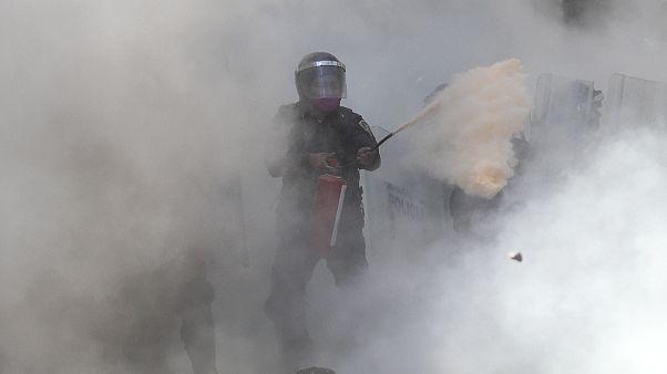 Un policía utiliza un extintor para hacer retroceder a los manifestantes en Ciudad de México, el 5 de junio.