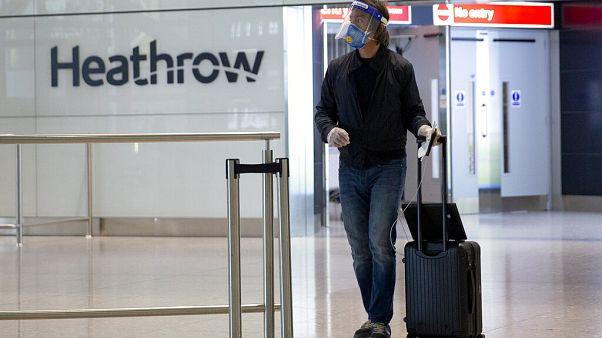 Avrupa'nın en işlek hava limanı Heathrow'da bir yolcu.