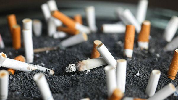 Imagen de archivo: colillas de cigarrillo en un cenicero en Nueva York