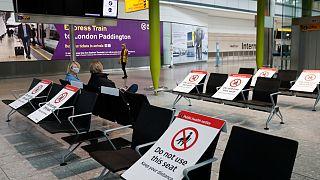 İngiltere'de sosyal mesafe kuralı uygulanan bekleme salonu
