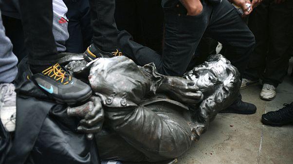 زانو زدن روی گردن مجسمه ادوارد کالستون تاجر برده بریتانیایی