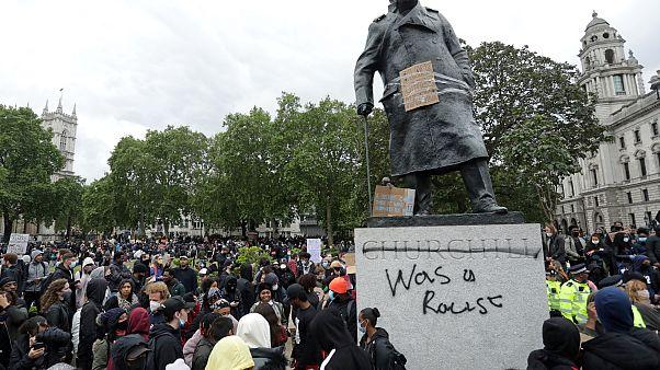 تمثال لتشرشل تم تخريبه من قبل متظاهرين مناهضين للعنصرية
