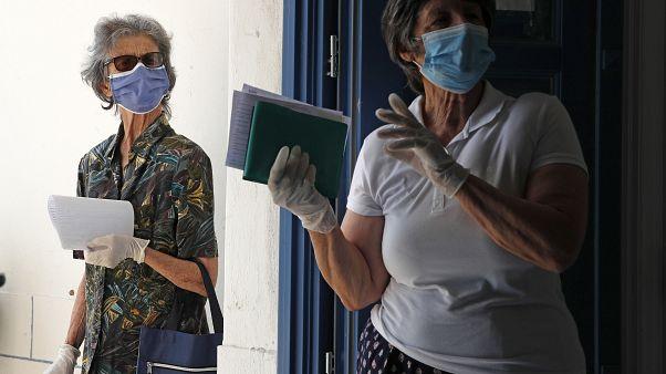 Πολίτες με προστατευτικές μάσκες