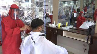 Filipinos já podem cortar o cabelo