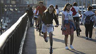 Moscovitas disfrutan del buen tiempo en la calle