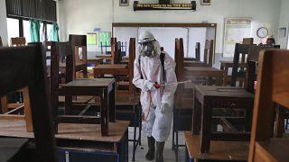 تعقيم إحدى المدارس في إندونيسيا