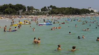 Urlauber baden am Samstag, 1. August 2009, am Strand von Alcudia, Mallorca, Spanien.