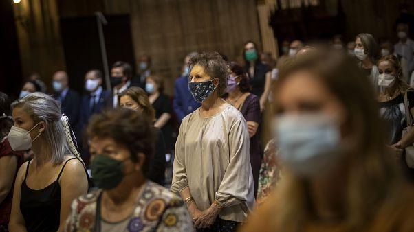 Feligreses con mascarilla acuden a un funeral en la catedral de Sevilla