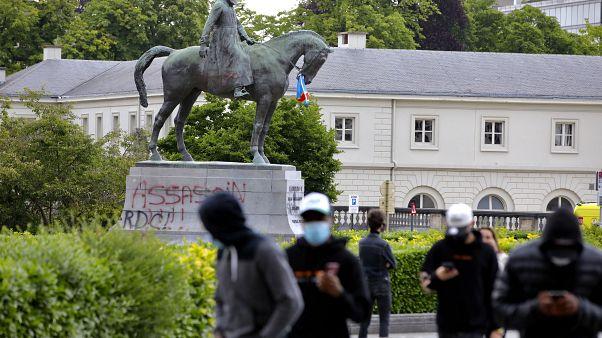 """Una estatua del rey Leopoldo II de Bélgica pintada con las palabras """"asesino"""" antes de una manifestación de protesta de Black Lives Matter en Bruselas."""