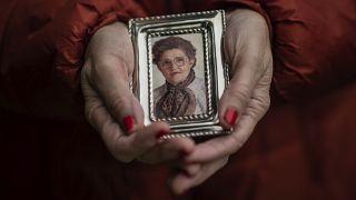 Teresa Navarro montre une photo de sa mère, Concepcion Rosinos, décédée pendant l'épidémie