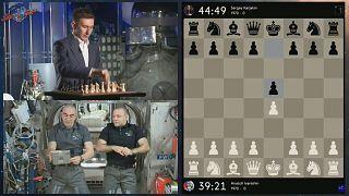 لعبة شطرنج بين لاعبين روسيين على متن محطة الفضاء الدولية ولاعب على الأرض تنتهي بالتعادل