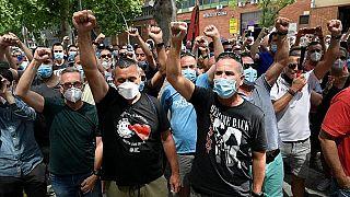 I dipendenti protestano contro la chiusura dello stabilimento Nissan di Barcellona