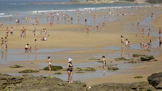 Tömegek lepték el a hőségben az európai strandokat
