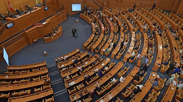 أعضاء البرلمان التونسي يتداولون النقاش يوم 2020/06/03