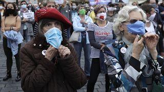 زنانی که در پراگ ماسک پوشیدهاند. استفاده از ماسک در جمهوری چک از زمان شروع همهگیری ویروس کرونا اجباری بود.