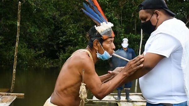 Un anciano y un joven de una tribu de la Amazonía colombiana