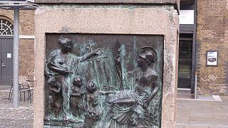La statua del proprietario di schiavi Robert Milligan rimossa da East London il 9 giugno 2020