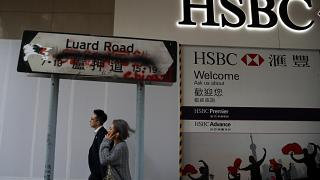 """بجانب فرع لمصرف """"إتش إس بي سي"""" في هونغ كونغ"""