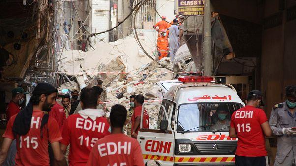Pakistan'ın Karaçi kentinde 5 katlı binanın çökmesi sonucu 22 kişi hayatını kaybetti
