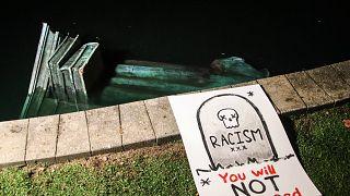 تمثال كريستوفر كولومبوس مرمي في المياه في ريتشموند