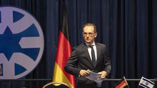 هايكو ماس وزير خارجية ألمانيا مغادراً المؤتمر الذي عقده مع وزير خارجية إسرائيل