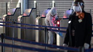 À Paris, malgré des mesures sanitaires rigoureuses, peu de voyageurs à l'aéroport CDG